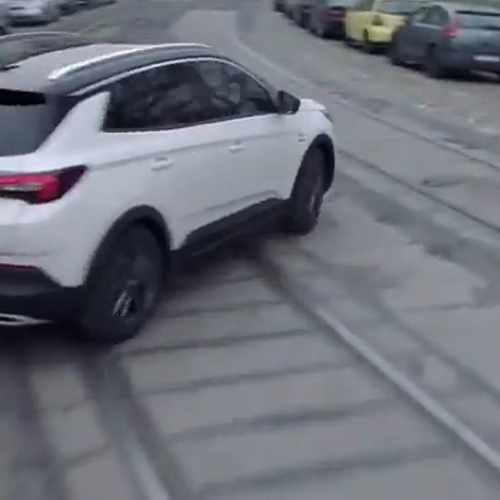 hungarians outraged opel ad mocking budapest potholes Pubblicità Opel Budapest