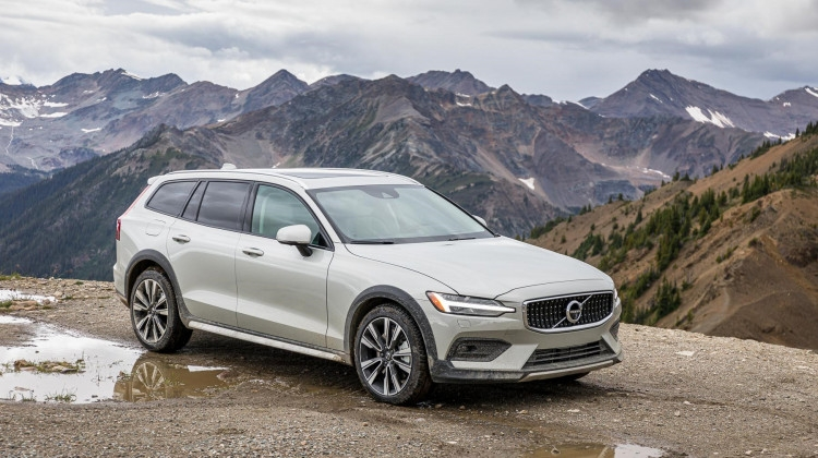 2020 volvo v60 cross country makes friends bucking Volvo Cross Country 2020